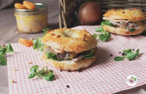 Bagels au magret de canard mariné, foie gras, compotée d'oignons au floc de Gascogne & abricot secs