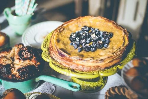 Gâteau de crêpes à la crème d'orange et à la confiture de myrtilles