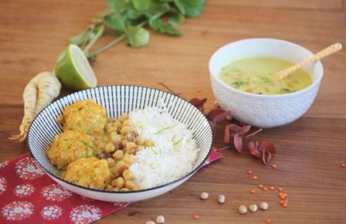 Boulettes de légumes et lentilles corail, sauce au curry, pois chiches et raisins secs