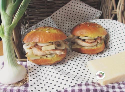 """Hamburger """"paysan"""" curry, pintade, blettes et Salers, sauce au Floc"""
