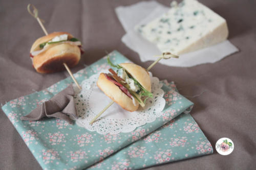 Mini burgers roquefort, magret séché, mangue et roquette, vinaigrette au miel